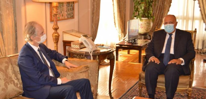 شكري يبحث مع المبعوث الأممي إلى سوريا دفع المسارات المختلفة للعملية السياسية