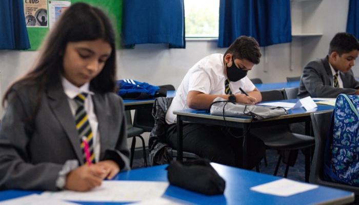بريطانيا تستعين بالجيش لإجراء اختبارات كورونا في المدارس