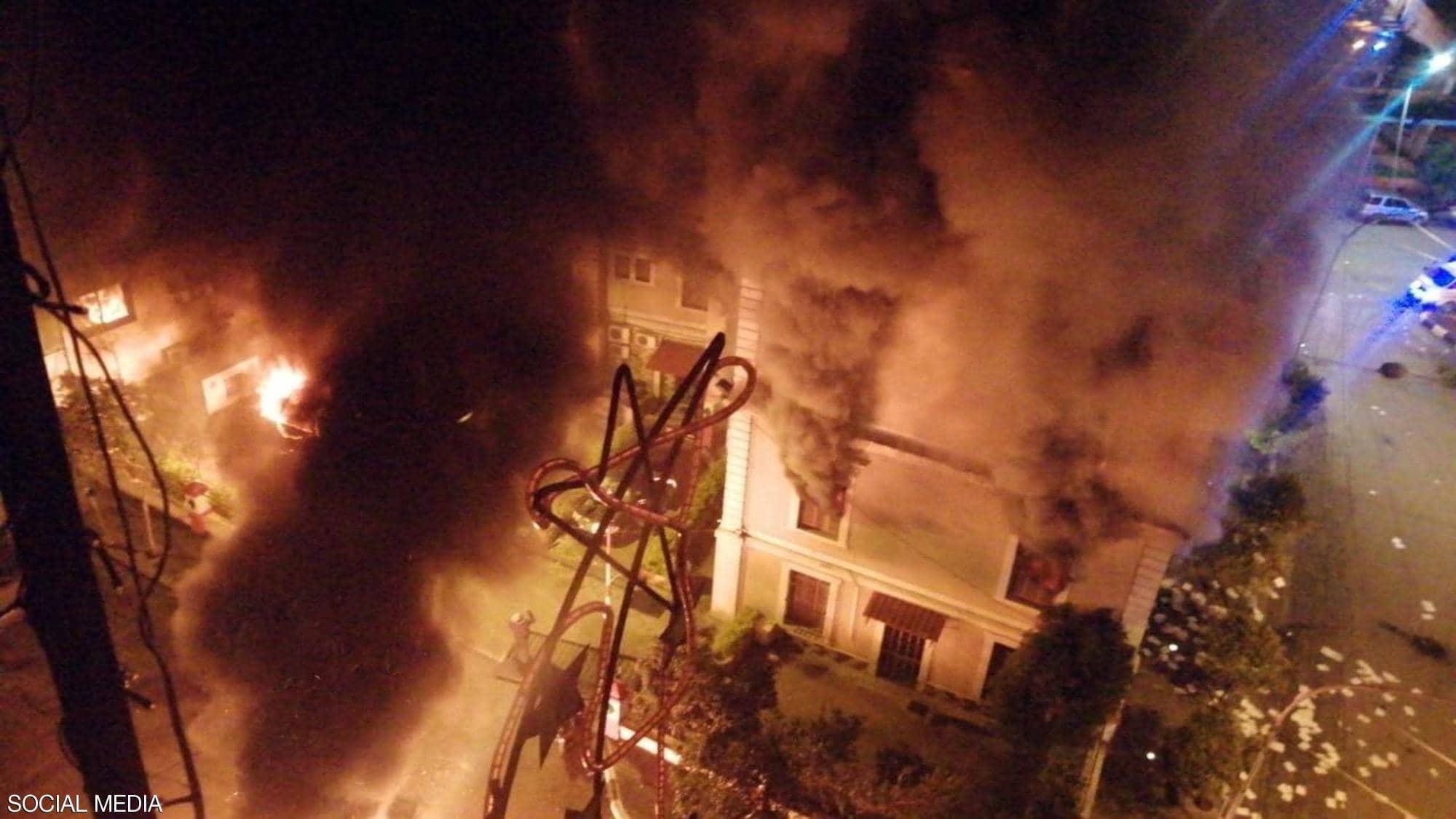 إحراق مبنى بلدية طرابلس في بيروت خلال الاحتجاجات الليلية