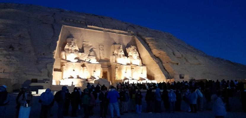 بالصور .. المئات يشهدون ظاهرة تعامد الشمس على تمثال رمسيس الثانى بمعبد أبو سمبل