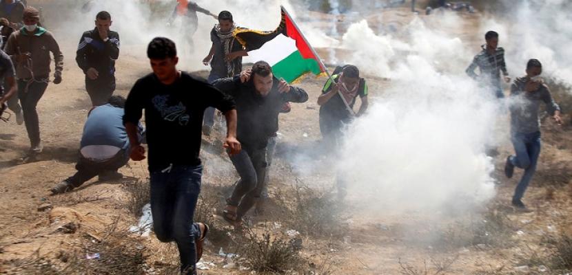 إصابة عشرات الفلسطينيين بالاختناق خلال وقفة احتجاجية على تجريف الأراضي بالخليل