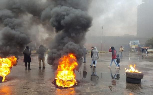 """احتجاجات واسعة بلبنان في """"اثنين الغضب"""".. والجيش يتدخل لإعادة فتح الطرق"""