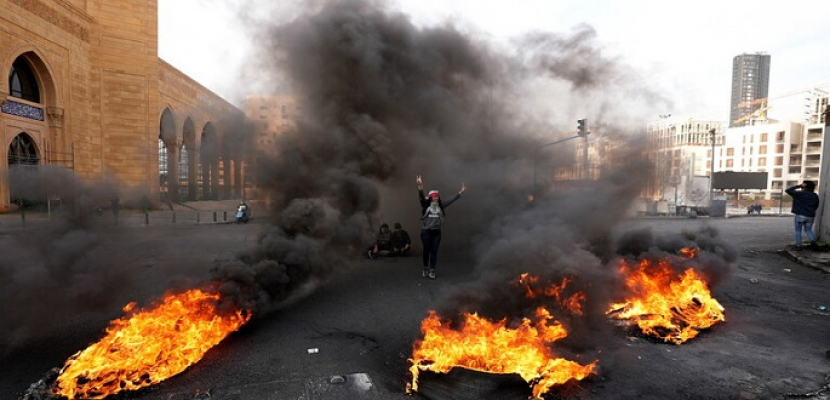 المتظاهرون في لبنان يواصلون قطع الطرقات بالإطارات المشتعلة احتجاجا على الأوضاع المعيشية