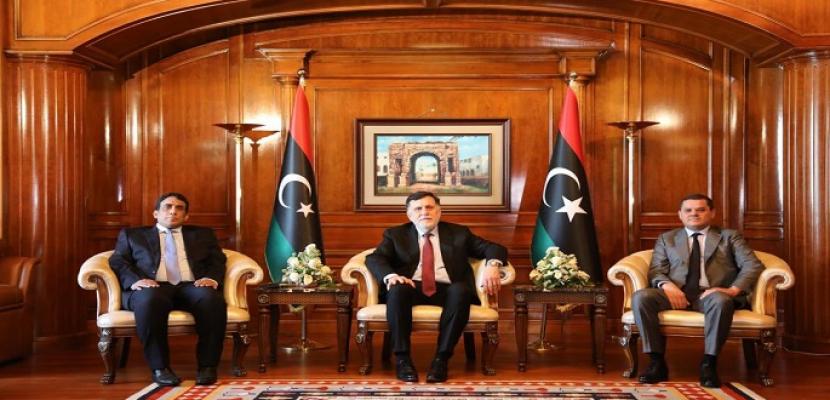 """رئيس الحكومة الليبية يتسلم مهام منصبه رسميا.. ويؤكد أن حكومته """"عازمة على الإصلاحات"""""""