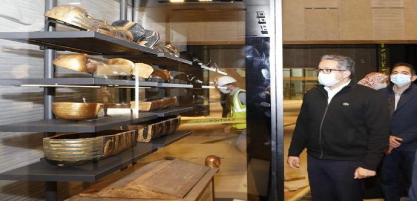 الآثار: بدء وضع أوائل القطع من مقتنيات توت عنخ آمون بفتارين العرض بالمتحف الكبير