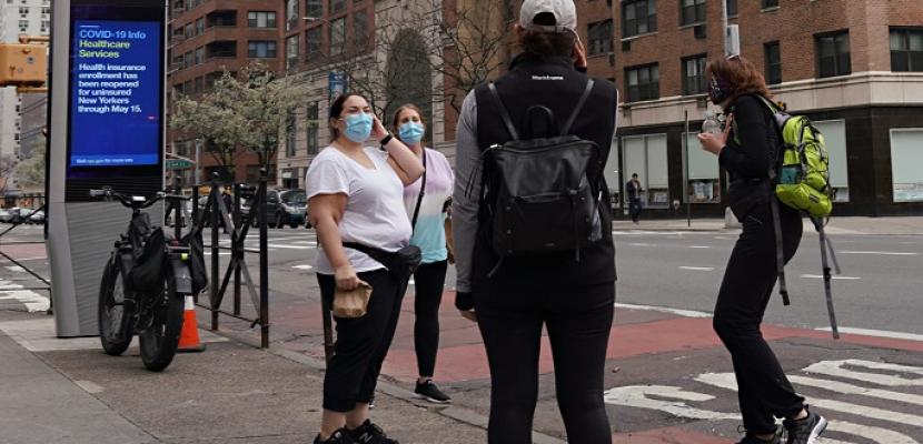 أمريكا تعتزم تخفيف قيود التباعد وأقنعة الوجه مع استمرار حملة التطعيمات