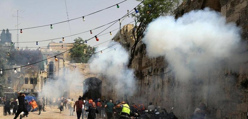 أكثر من 300 جريح إثر تجدد المواجهات في ساحات الأقصى .. ومطالبات فلسطينية بتوفير الحماية الدولية