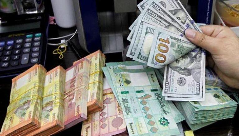 """لبنان يحاول فك حصار """"الدولار"""".. وقف التسديد بالليرة"""