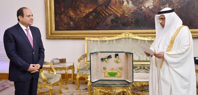 خلال منحه وسام القائد.. رئيس البرلمان العربي: الرئيس السيسي قدم مصر للعالم كنموذج تنموي عربي زاخر بالإنجازات