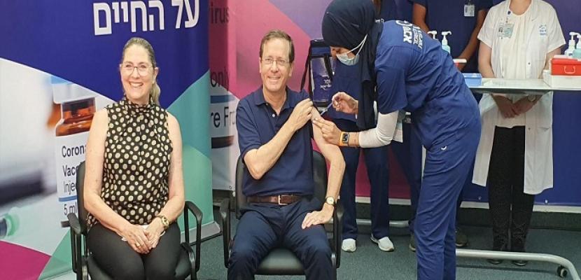 رئيس إسرائيل يتلقى ثالث جرعة من لقاح كورونا.. ويحث على هذا لمن هم فوق الستين
