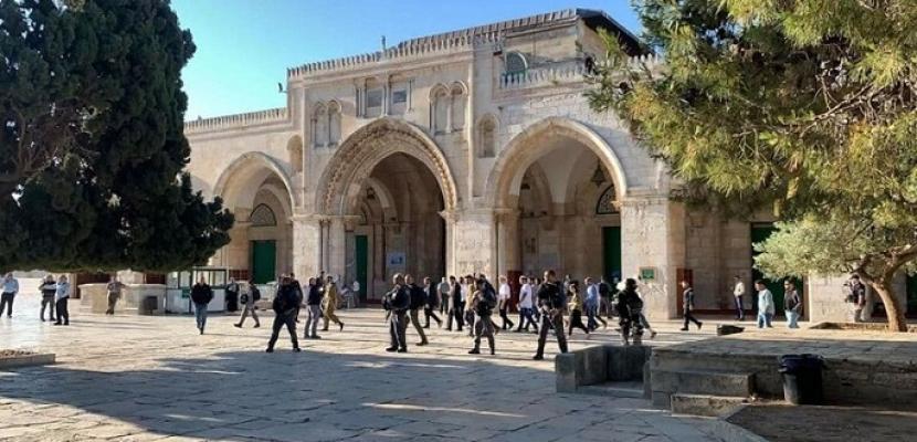 عشرات المستوطنين يقتحمون المسجد الأقصى بحماية قوات الاحتلال الإسرائيلي