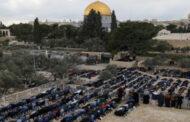 الآلاف يؤدون صلاة الجمعة في رحاب المسجد الأقصى